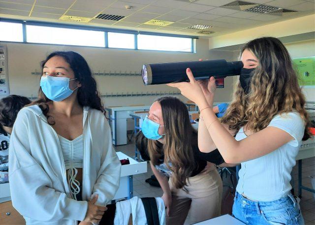 Des élèves construisent des lunettes astronomiques